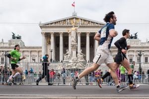 Läufer passieren beim Vienna City Marathon 2016 das Parlament in Wien
