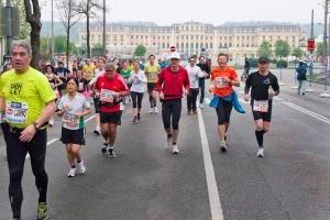 Läufer passieren beim Vienna City Marathon das Schloss Schönbrunn in Wien