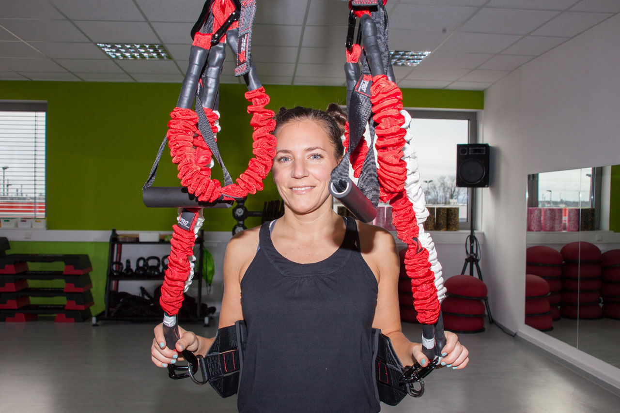 Sportjournalistin und Bloggerin Bernadette Hörner demonstriert den Bungee-Schlingentrainer von 4D Pro