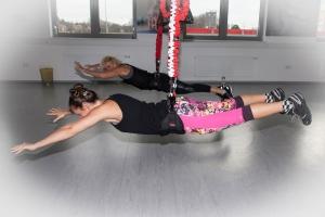 Fitness-Coach Bernadette Hörner testet mit 4D Pro Bungee-Fitness-Trainerin Bettina Lasser (hinten) Liegestütz mit anschließender Schwebeposition. Ort: Bodyzone Deustch Wagram bei Wien.