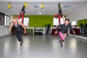 4D Pro Bungee-Fitness-Trainerin Bettina Lasser und Sportbloggerin Bernadette Hörner joggen gegen den Widerstand der Bungee-Seile. Ort: Bodyzone Duetsch Wagram.