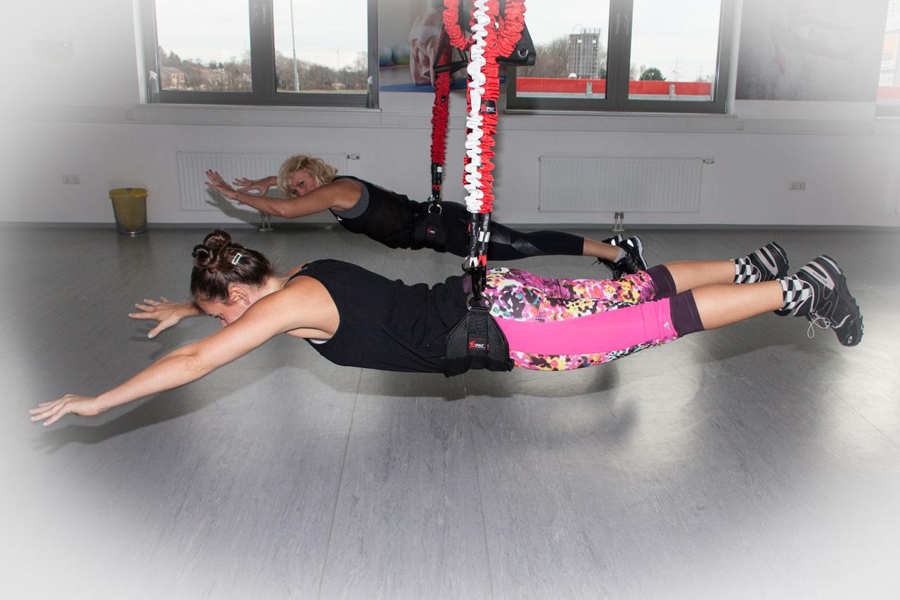 Fitness-Coach Bernadette Hörner testet mit 4D Pro Bungee-Trainerin Bettina Lasser (hinten) Liegestütz mit anschließender Schwebeposition. Ort: Bodyzone Deustch Wagram bei Wien.