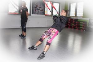 4D Pro Bungee-Fitness-Trainerin Bettina Lasser zeigt Sportbloggerin Bernadette Hörner eine Rücken-Übung mit den elastischen Schlingen. Ort: Bodyzone Deutsch Wagram bei Wien.