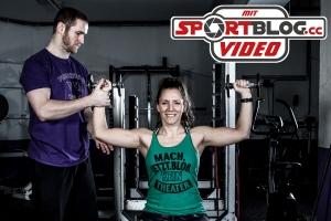 Fitnessbloggerin Bernadette Hörner beim Gym-Probe-Training mit Vikings Konditions-Trainer Christoph Putz