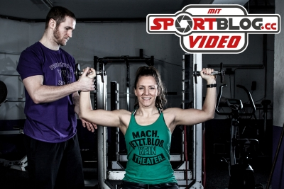 Fitnessbloggerin Bernadette Hörner beim Gym-Probe-Training mit Vikings Konditions-Trainer Christoph Putz