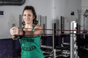 Fitnessjournalistin Bernadette Hörner testet im Trainingskeller der Vienna Vikings eine Rumpf-Übung mit Resistance Band-Widerstand