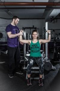 """Ex Football-Profi Christoph Putz erklärt Fitnessjournalistin Bernadette Hörner die Feinheiten der Übung """"Arnold Press"""""""