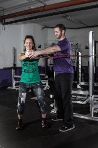"Vikings Strength-Trainer Christoph Putz coach Sportjournalistin Bernadette Hörner bei der Core-Übung ""Walkouts"""