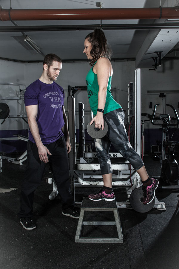 """Vienna Vikings Profi-Trainer Christoph Putz erklärt Sportbloggerin Bernadette Hörner die Übung """"Step Ups"""""""