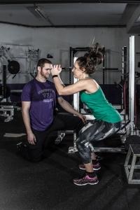 """Vienna Vikings Profi-Trainer Christoph Putz coacht Fitnessjournalistin Bernadette Hörner bei der Übung """"Sprung mit harter Landung in Kniebeuge"""""""