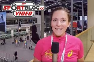 Sportjournalistin Bernadette Hörner beim moderieren in der Eingangshalle der Messe München, ISPO 2018