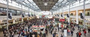 Besuchermassen in der Eingangshalle der ISPO 2018 in der Messe München