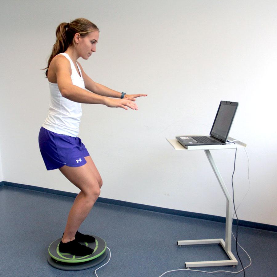 Sportlerin beim Test auf elektronischer Stabilisations-PLatte in der innsbrucker Praxis Gelenkpunkt