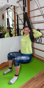 Fitnessbloggerin Bernadette Hörner zeigt eine Squat-Position mit dem Decompressit-Gurt