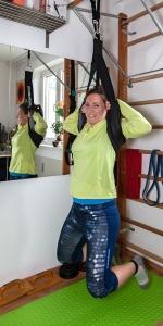 Sportbloggerin Bernadette Hörner zeigt die intensivste Hänge-Variante mit dem Wirbelsäulen-Gurt