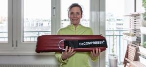 Fitnessbloggerin Bernadette Hörner zeigt den Dekompressions-Gurt in einer dickeren XL-Version