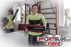 Fitnessjournalistin Bernadette Hörner in ihrem Heimgym mit 2 Decompressit-Gurten unterschiedlicher Größe