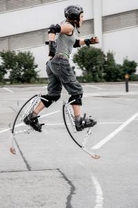 Fitnessbloggerin Bernadette Hörner demonstriert mit Powerisern das Joggen