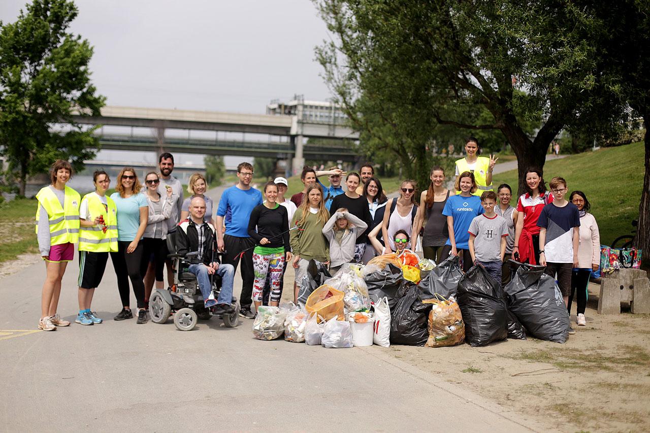 Teilnehmer des ersten Plogging-Laufs Österreichs, organisiert vom Umweltschutzverein Green Heroes Austria