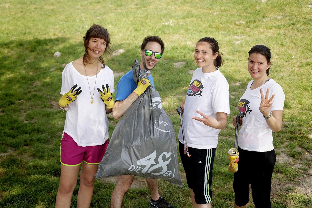 Elisabeth Toth, Fiona Pulda, Linda Horvath-Sarrodi und Dominik Schmid der Green Heroes Austria nach dem erfolgreichen ersten Plogging-Run in Österreich