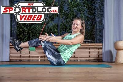 """Fitnesstrainerin Bernadette Hörner zeigt die Übung """"Russian Twist"""" - für die Kräftigung von Bauch und Rumpf"""