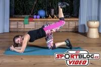 """Bloggerin Bernadette Hörner demonstriert die Fitness-Übung """"Beinheben"""" im Vierfüßlerstand"""