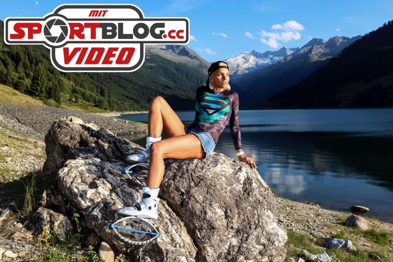 Kangoo Jumps Mastertrainerin Eliza-Maria Raum zeigt outdoor ihre Kangoo-Hüpfschuhe