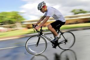 Männlicher Hobbysportler auf Rennrad