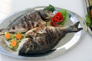 Gegrillter Fisch auf Teller