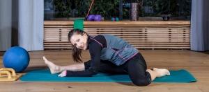 Fitness Bloggerin Bernadette Hörner dehnt im Hürdensitz den Beinbeuger