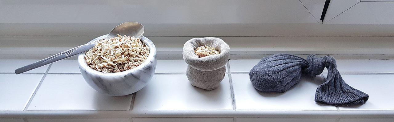 Illustration der Anwendung von Kastanienwaschmittel: Das grobe Pulver in einem zugeknoteten Socken