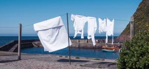 Weiße Wäsche auf Wäscheleine im Hafen