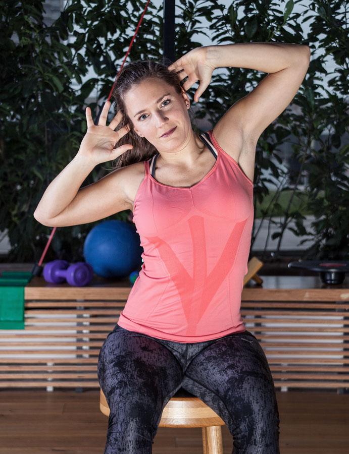 """Fitnesscoach Bernadette Hörner zeigt die Rückenübung """"Seitneigen"""""""