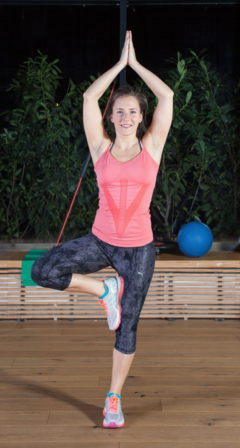 "Fitnessbloggerin Bernadette Hörner bei der Yoga-Übung ""Baum"""