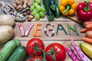 Vegan-Schriftzug aus Gemüse