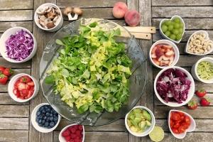 Salatschüssel mit Gemüse-Beilagen
