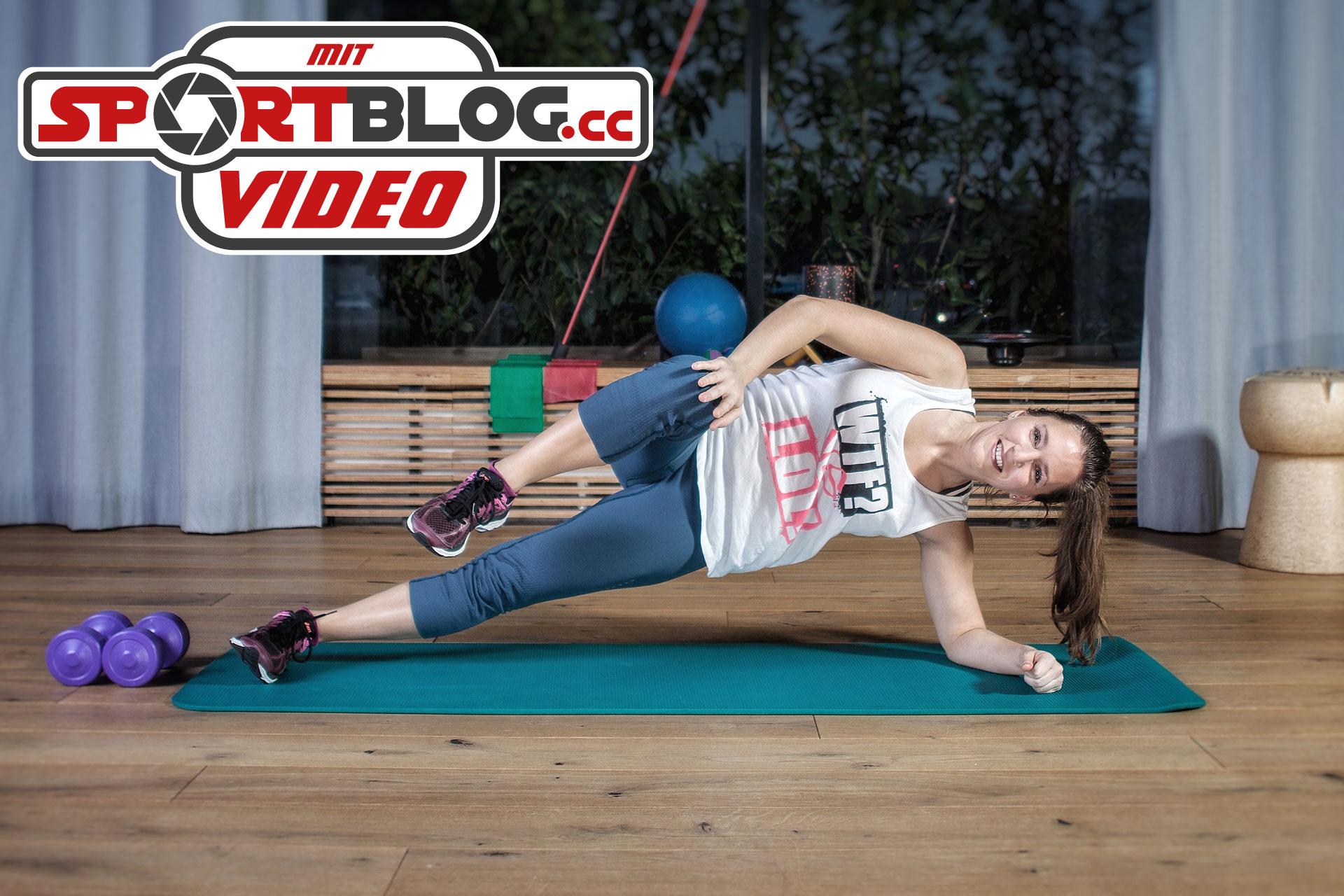 Fitnessbloggerin Bernadette Hörner demonstriert eine Seitstütz-Variante für Fortgeschrittene