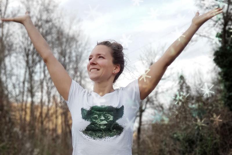 Fitnessbloggerin Bernadette Hörner genießt die winterliche Kälte im T-Shirt