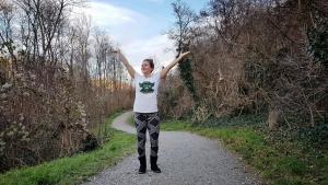 Fitness Expertin Bernadette Hörner im T-Shirt bei Winterwetter (Erholungsgebiet Wien Simmering)