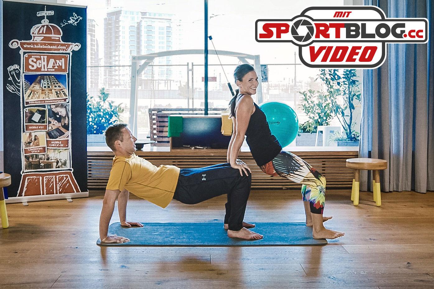 Fitnesstrainerin Bernadette Hörner demonstriert die Partnerübung