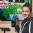 """Fitnessbloggerin Bernadette Hörner demonstriert Trailschuh """"Sweeper"""" von Merrell"""