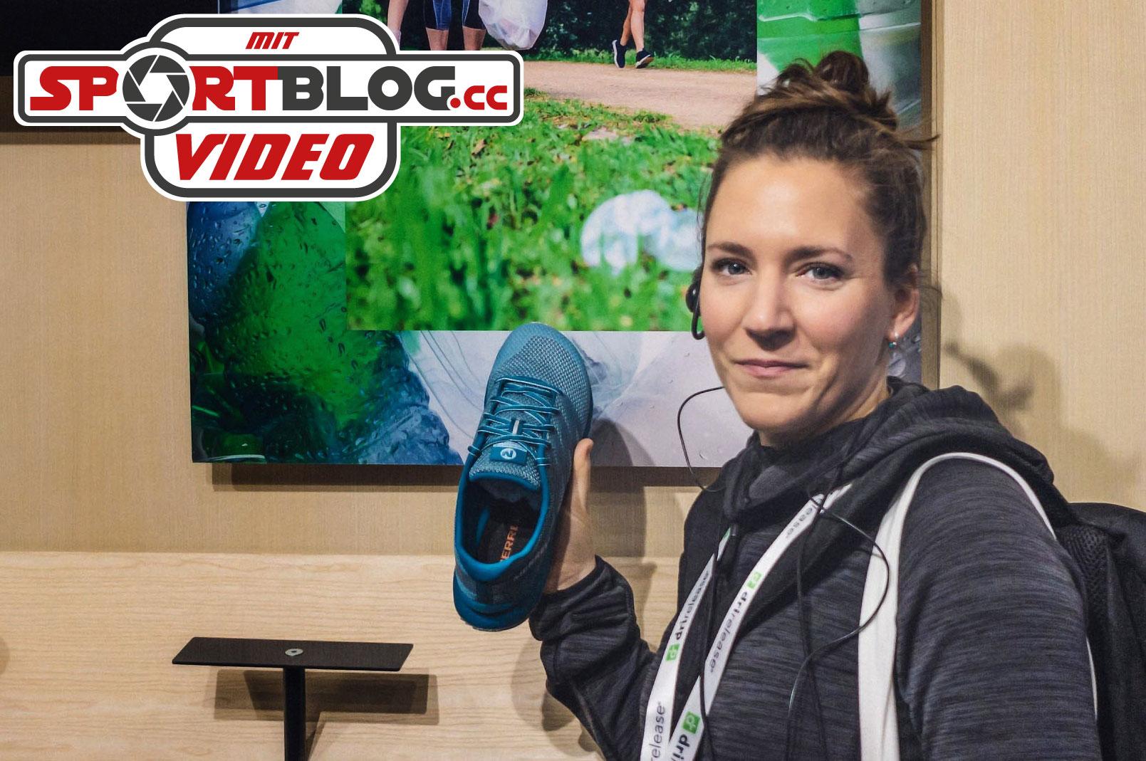 Fitnessbloggerin Bernadette Hörner demonstriert Trailschuh
