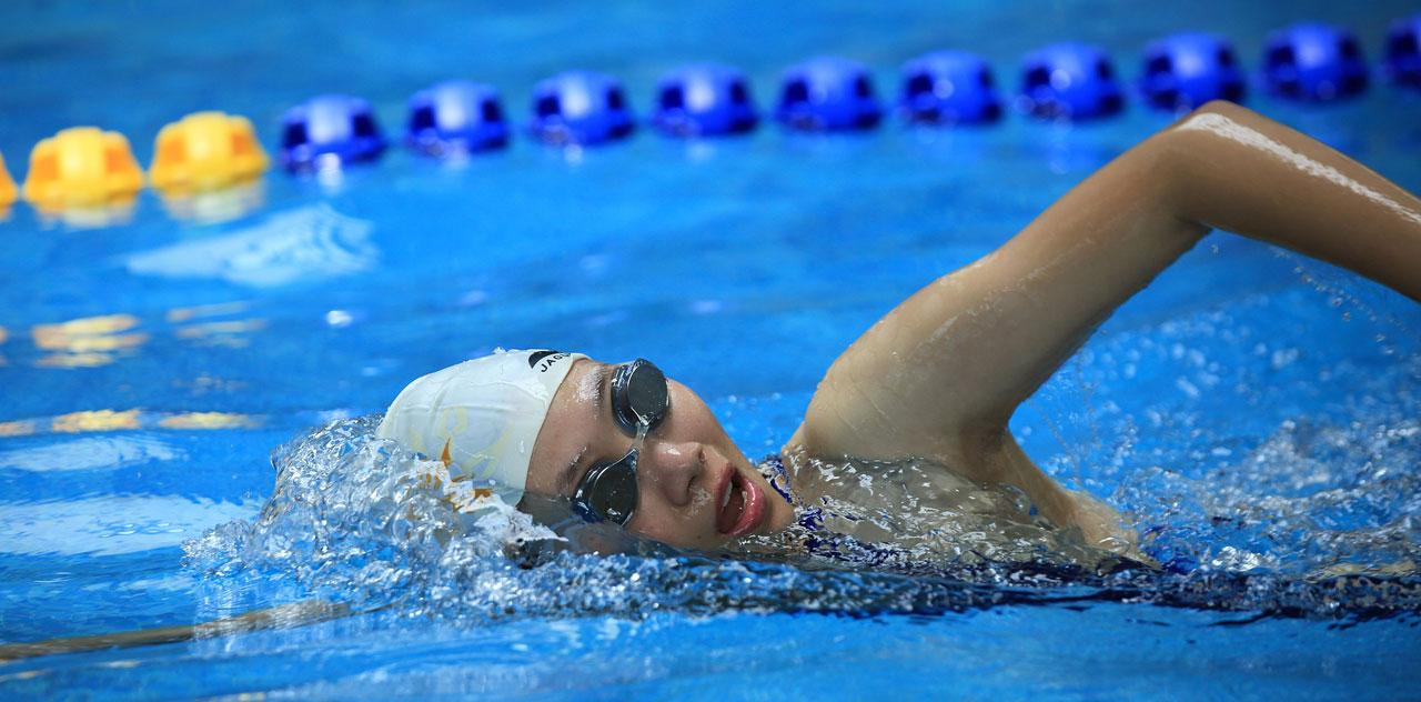 Frau beim Kraulschwimmen im Pool