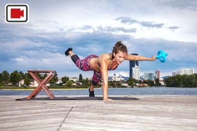 Fitnesstrainerin Bernadette Hörner demonstriert einarmigen Plank mit Aquafitnessgerät Betomic