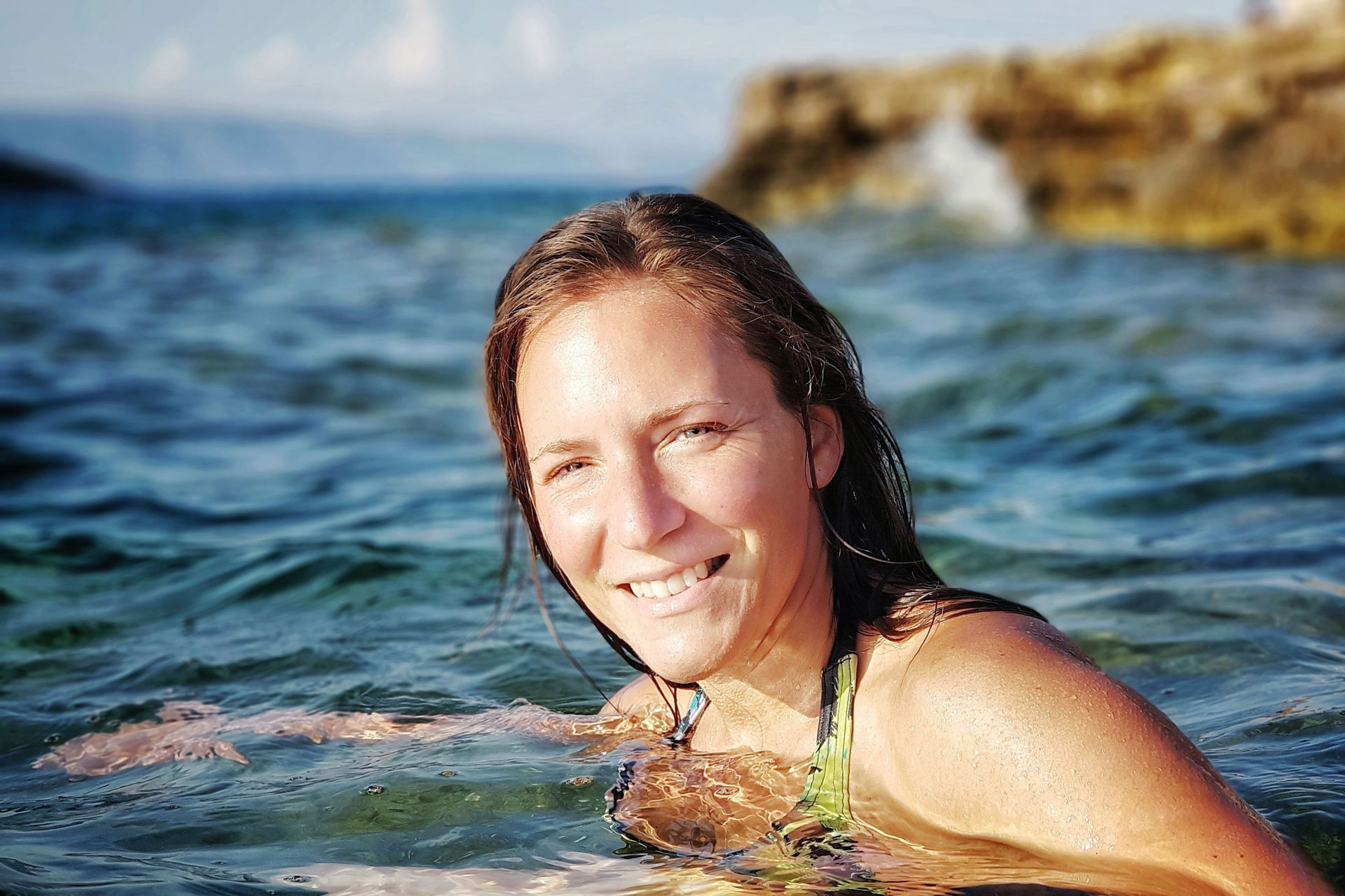 Fitness Expertin Bernadette Hörner beim schwimmen im Meer