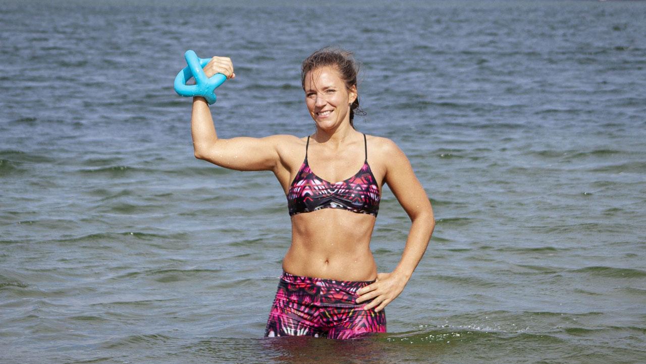 Fitnesscoach Bernadette Hörner demonstriert das Aquafitnessgerät Betomic von Beco