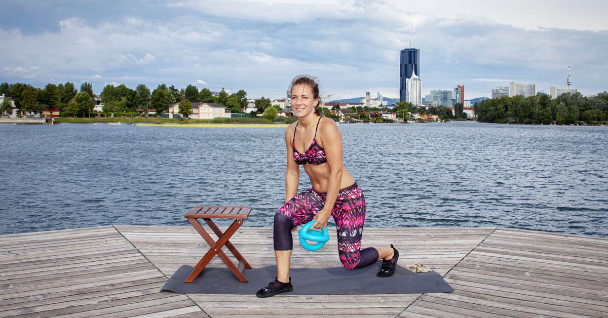 Fitnesscoach Bernadette Hörner demonstriert Ausfallschritt mit Aquafitnessgerät Betomic