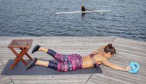 Fitnesstrainerin Bernadette Hörner demonstriert eine Rückenübung mit Betomic