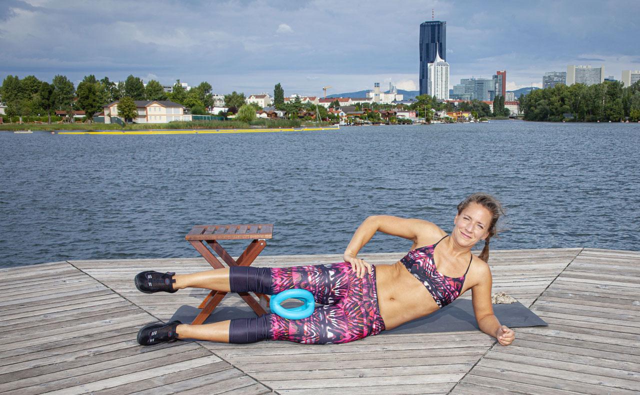 "Fitnesscoach Bernadette Hörner demonstriert die Aquafitnessübung ""Pendel"" mit dem Aquafitnessgerät Betomic"