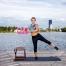 In diesem Strandworkout kräftigst du an Land alle wichtigen Muskelgruppen. Im Wasser boostest du mit Aquafitness-Intervalltraining deine Fettverbrennung.